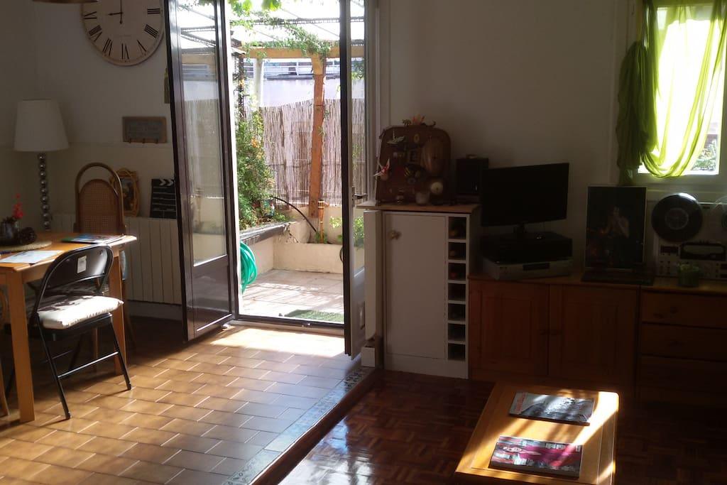 Vista de parte del comedor/salón/terraza