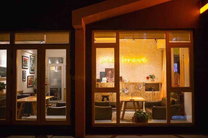 彩塔夜市旁,住在青年旅舍和咖啡厅里,最安全有趣的青年公寓(限女生预订)【一个订单仅限一人】