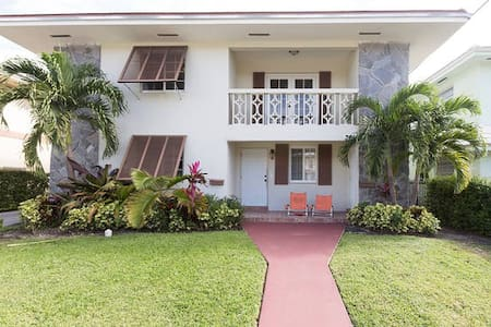 Room 2 in Updated Duplex + Parking - Coral Gables