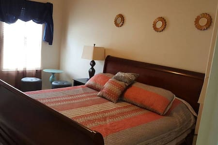 KING Bed Room with Amenities - Spring - Hús
