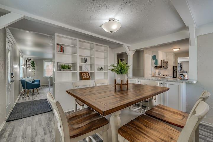 Stylish Roomy Home ♥ Garage Yard &Self Check-In!