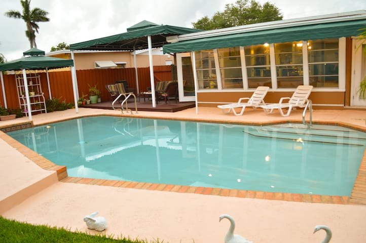 Hallandale Beach Pool Villa - 2 miles to the beach