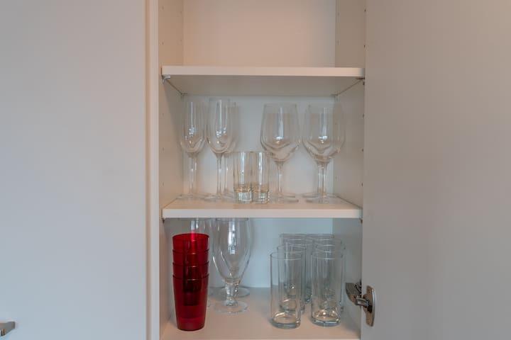 Die vielseitigen Gläser der Wohnung.