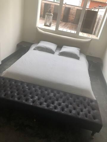 chambre 1 donnant sur la terrasse, cette chambre possède sa salle de bain ainsi qu'un dressing