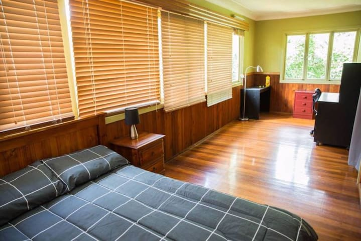 Beautiful large room close to UQ