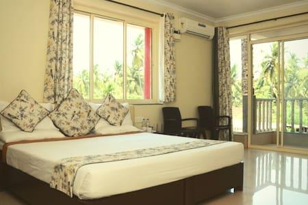 Spacious & Luxurious Room next to Bogmalo Beach