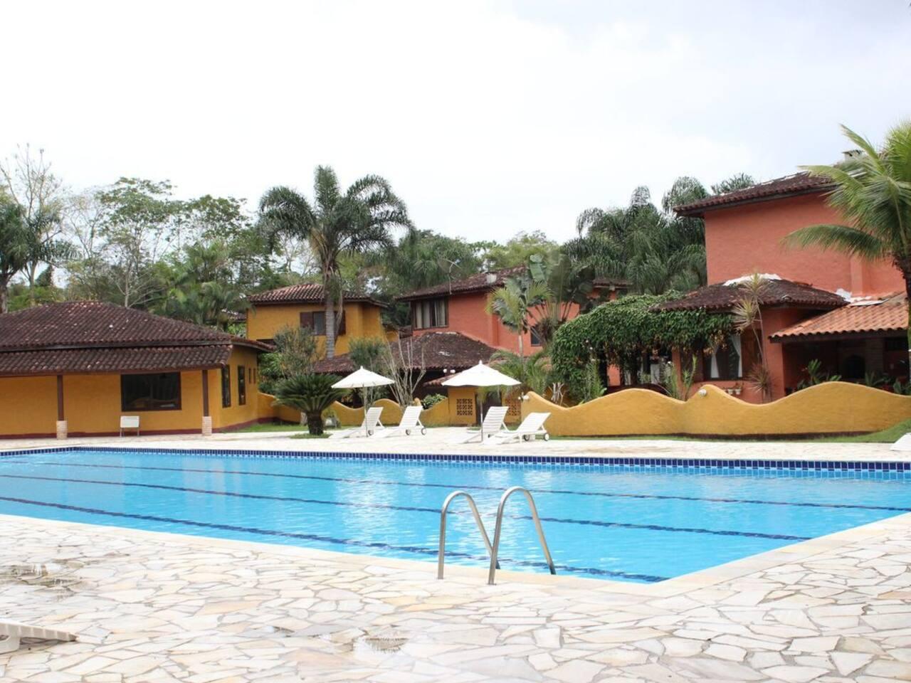 Vista da piscina e das casas
