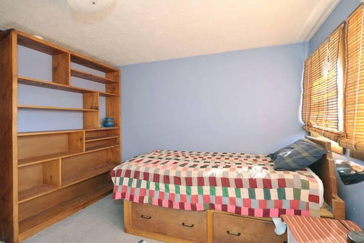 single bed/ upstairs bedroom