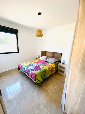Chambre avec un lit 140cm et dressing aménagé.