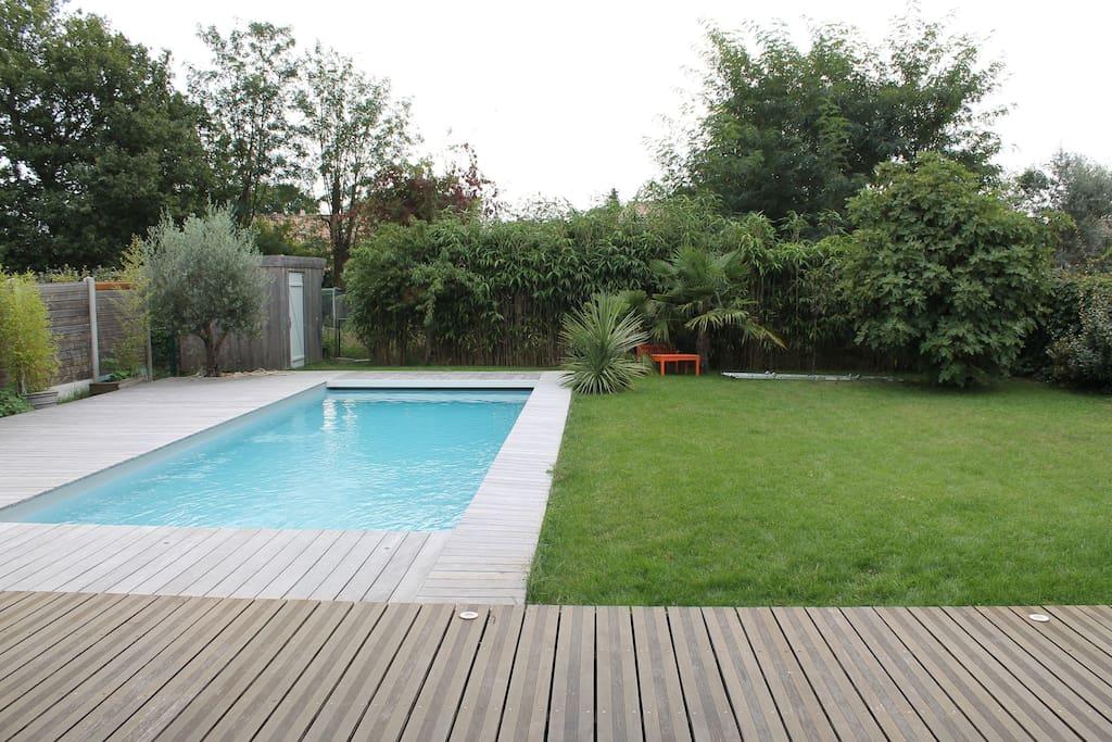 vue de la terrasse Piscine et jardin