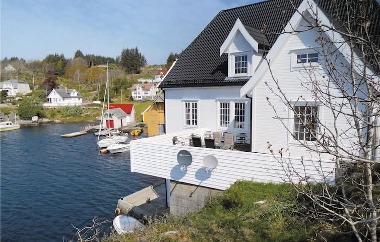 Holiday apartment with 4 bedrooms on 120 m² in Steinsland