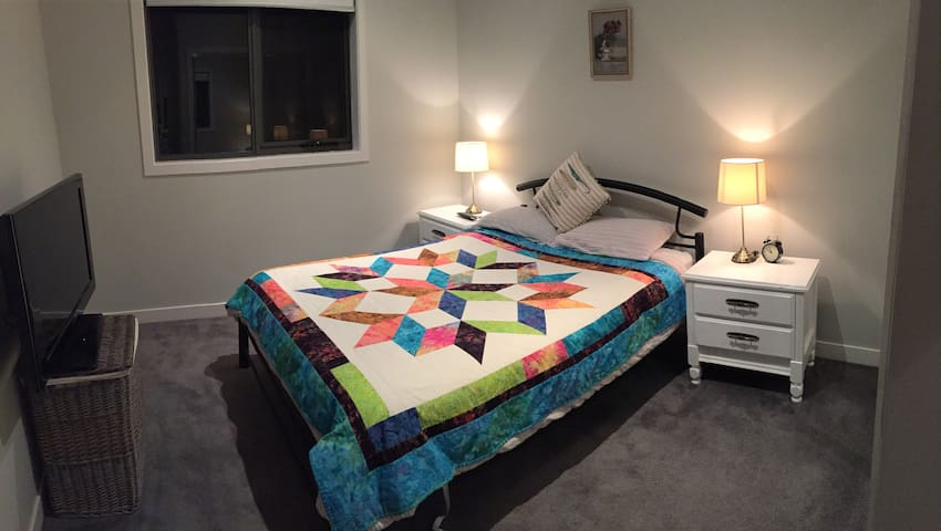 Cozy&Modern room close to train&beach 20k to city - Altona