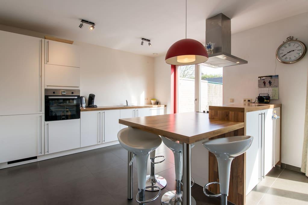Sun is overflowing the kitchen, imagine having breakfast here!