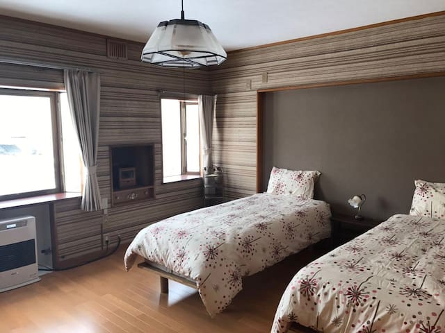 百年梅子树下的房屋:梅の屋洋室   梅子树下美丽的日式小屋。