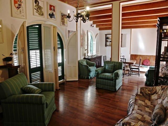 Living Room: sofas, interior details, dining table, TV.  Salotto: divani, aria condizionata (A/C), dettagli interni, tavolo da pranzo, TV.
