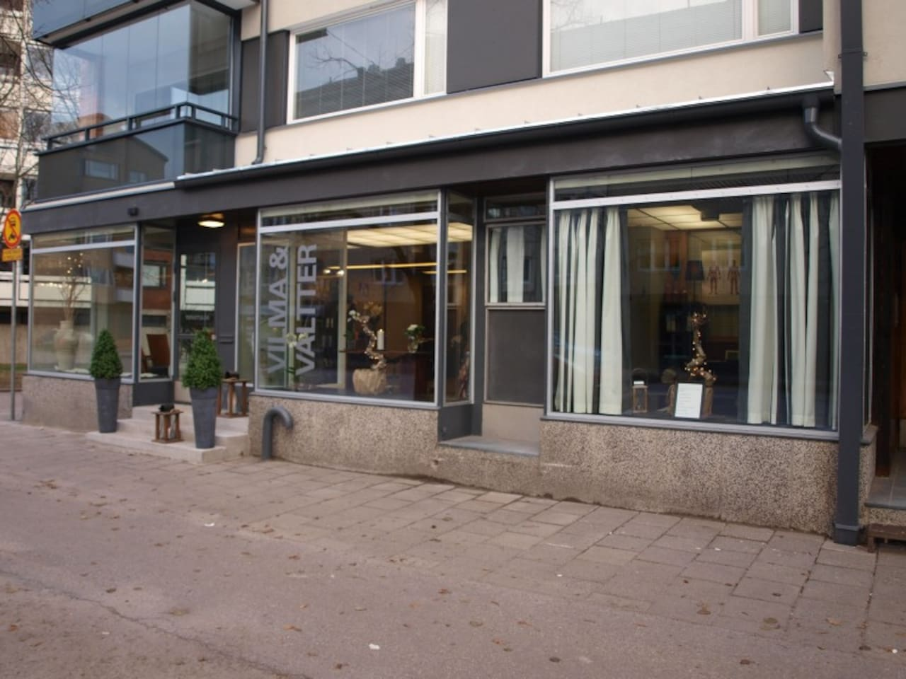 The entrance in Syväraumankatu on the right. The apartment bedroom and living room windows can be seen on the picture top right.