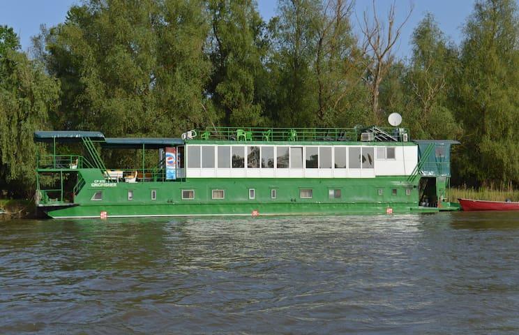 Kingfisher Floating Hotel
