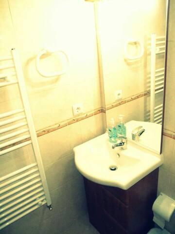 Private bathroom. Casa de banho privada.