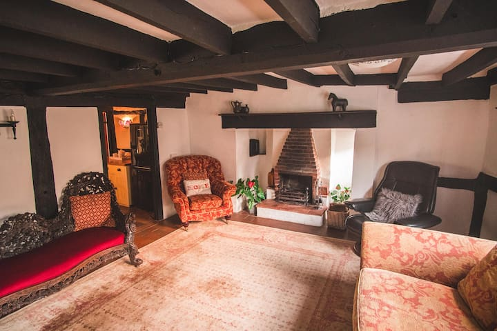 Cromwell's Cottage in heart of England - sleeps 10
