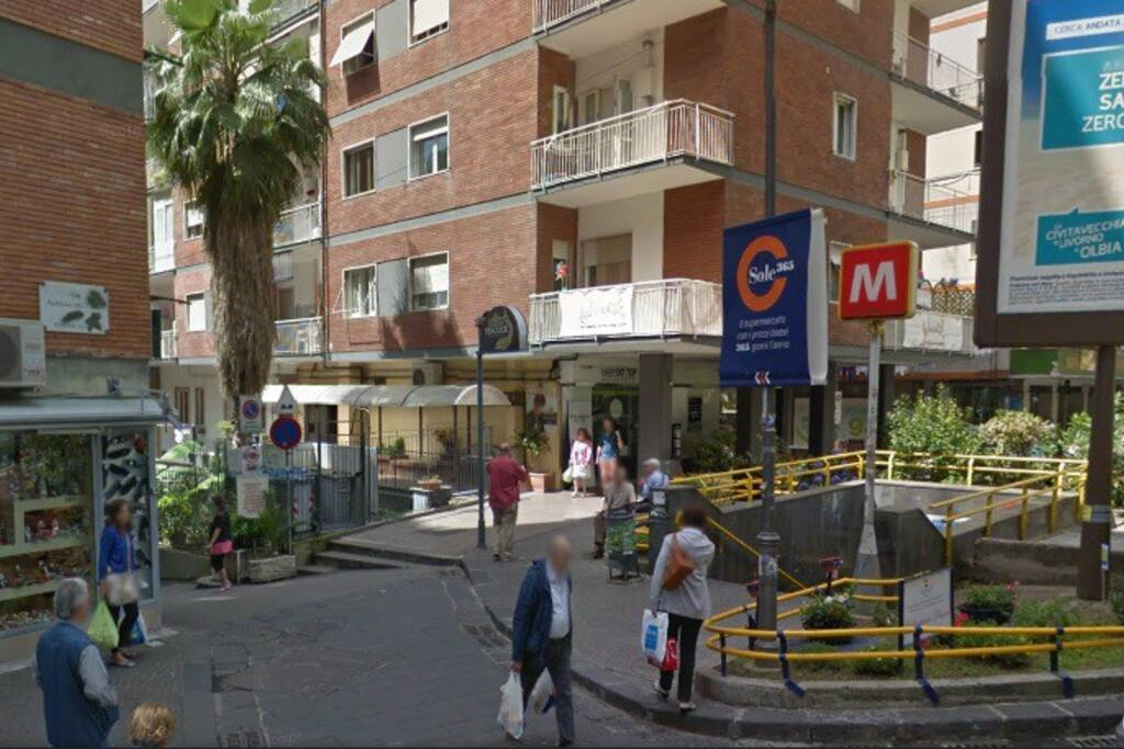 La metropolitana. A 2 minuti dall'appartamento. The metro stop is 2 minutes far to the flat.