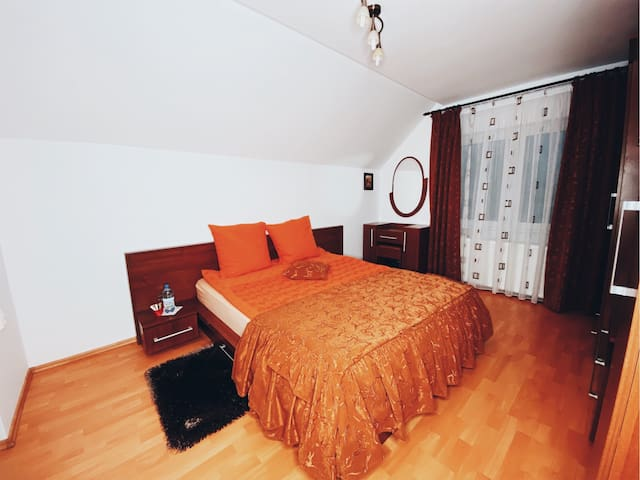 King Bed Room and Private Bathroom near Mountains