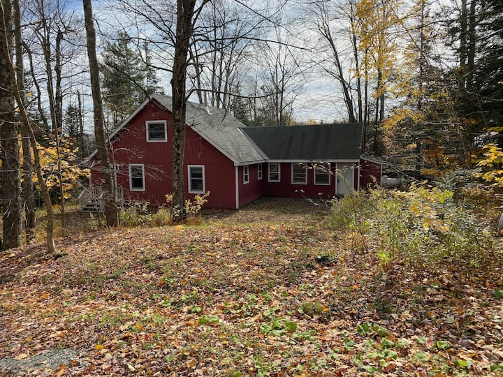 Rustic Cottage in the Woods 1 minute from Mt Snow