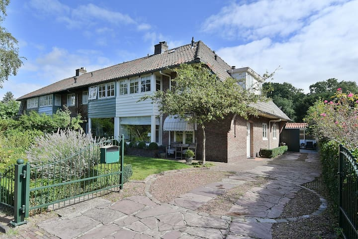 Entire corner house (very spacious) in Laren