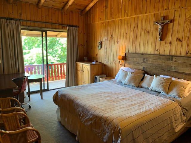Dormitorio principal. Amplio, con escritorio y vista al lago. Baño en suite.