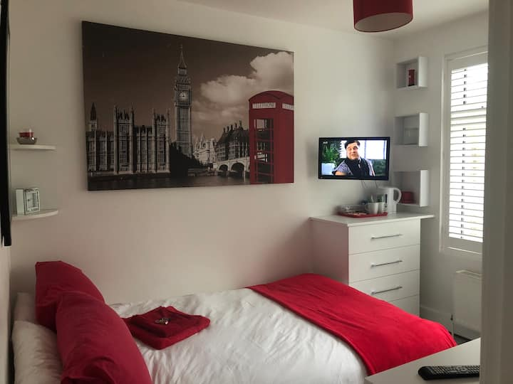 Bright simple room in quiet home . Pets welcome