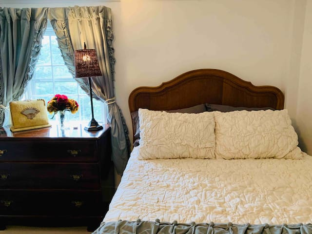 The Ives Inn 'Green Room' Salem Common (Sleeps 4)