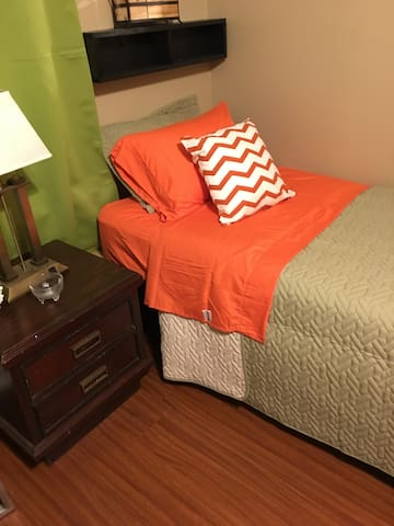 Cozy clean and mins from restaurants downtown