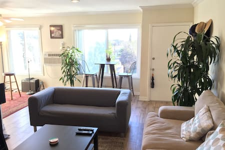 Bright, Top Floor Hollywood/Silverlake 1 BR W/View - Los Angeles - Flat