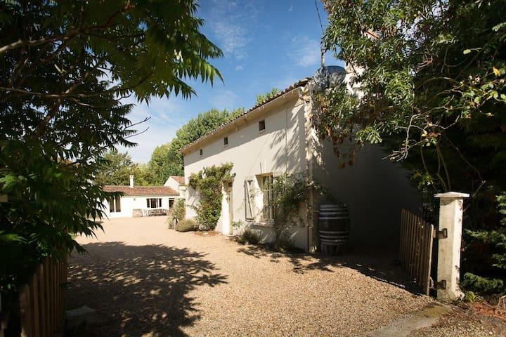 Le Ruault: Orchard Cottage (Loire) - Bouillé-Loretz - Casa
