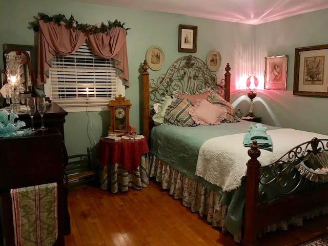 """Victoria Rose Room""! Long term stay only"