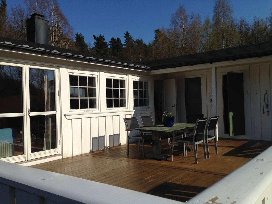 Stor terrasse med spiseplass, grill og liggestoler