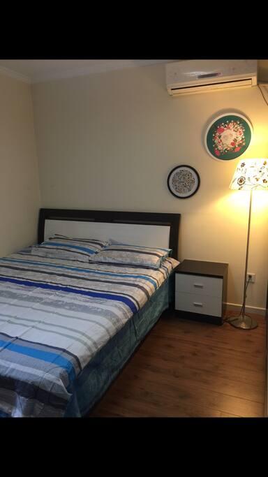 主卧,全新1.8的大床,新床单被罩。大衣柜,还带一个阳光阳台。空调是冷暖风的。
