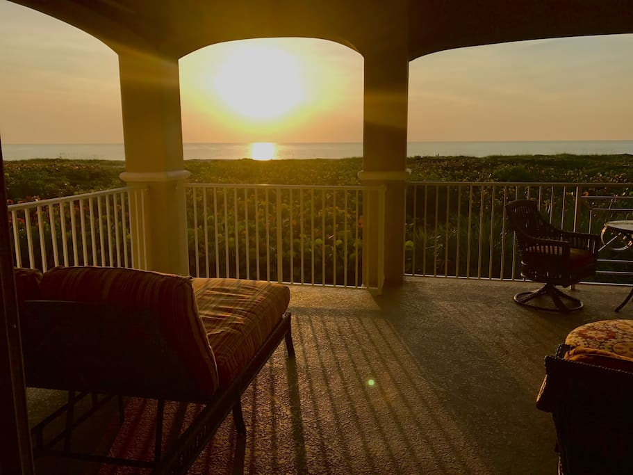 Direct 3BR/3BA Oceanfront Luxury Condo with Pool on Vero's BEST BEACH... Mins to Town!