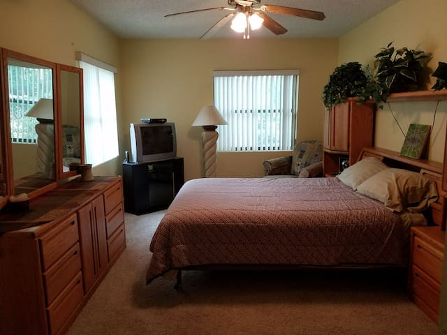Spacious Room on lake near downtown Orlando.