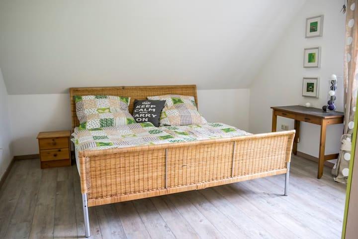 Helles Zimmer in der Lüneburger Heide