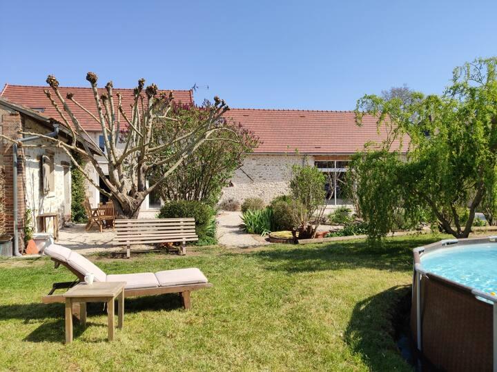 Maison pierre, jardin, piscine, parking, cours.