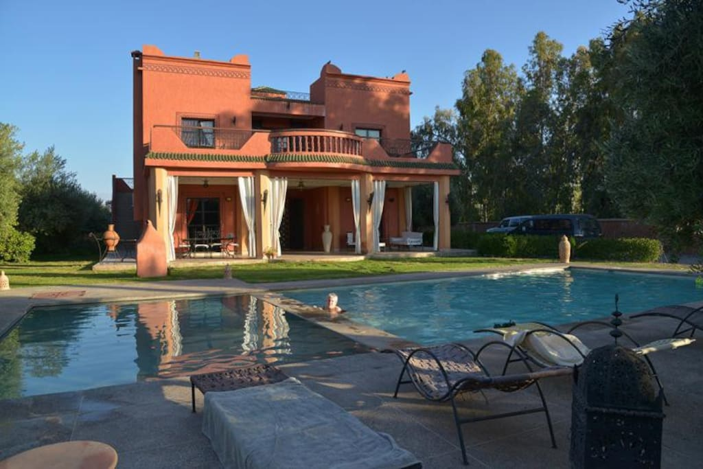 Villa avec piscine devant l atlas villas for rent in for Villa a marrakech avec piscine