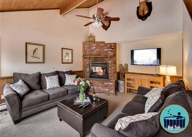 Large 6 bedroom home with private hot tub in the heart of Killington