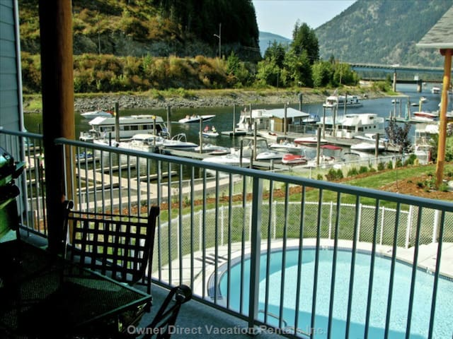 Luxury 2 Bed Condo Sicamous, Boatslip, HotTub