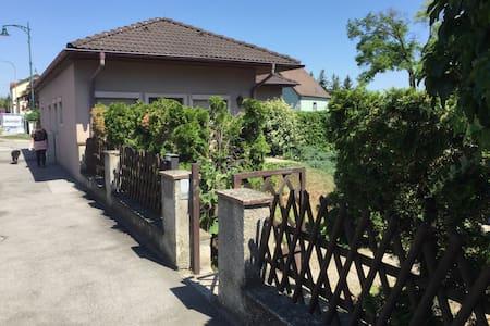 Haus  5 km südl.  von Wien (Mietauto möglich) - Maria Lanzendorf - Bungalow