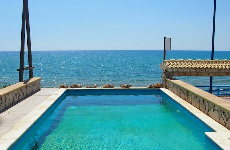 Holiday home by the sea with pool in Sicily