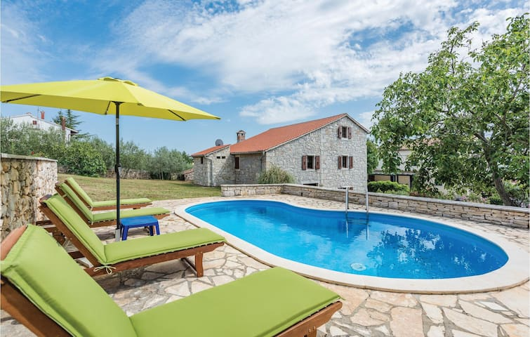 Holiday cottage with 5 bedrooms on 231m² in Markovac