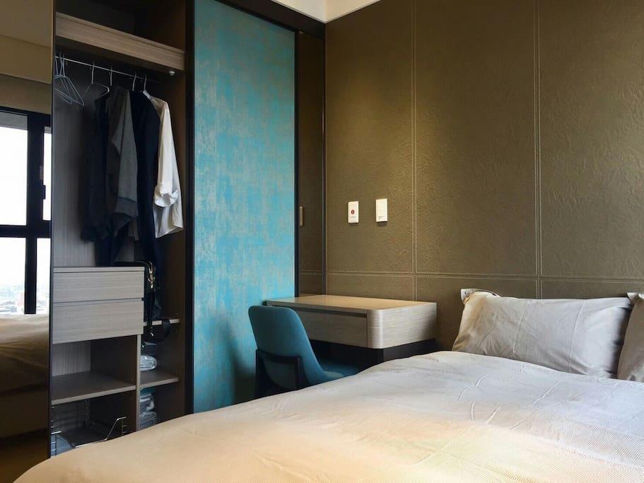 設備齊全的臥室一。 Fully furnished bedroom.