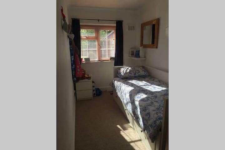 Single room in leafy Brentwood, near London - Brentwood - Hus