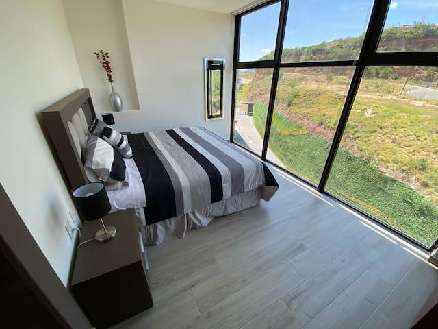 Habitación principal con cama King.