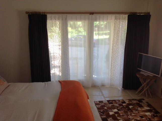 Peaceful, airy bedroom. Underfloor heating & aircon.